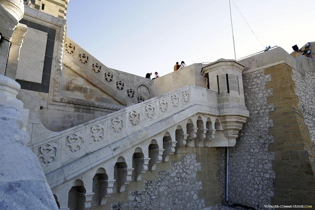 Les murs épais du fort sont toujours visibles. Ils servent maintenant à soutenir la basilique.