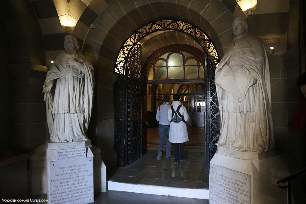 A l'entrée de la crypte, deux personnes majeures pour Notre-Dame-de-la-Garde: Mgr de Mazenod et le pape de l'époque, Pie IX. Ce sont deux sculptures de Joseph Marius Ramus.