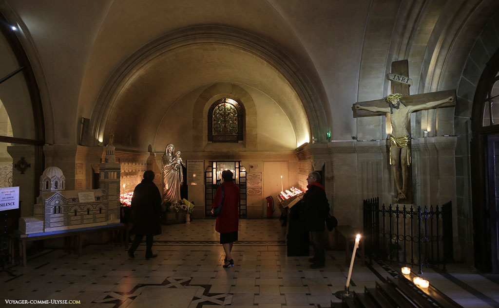 A l'entrée de la crypte, on peut y voir une maquette de la basilique