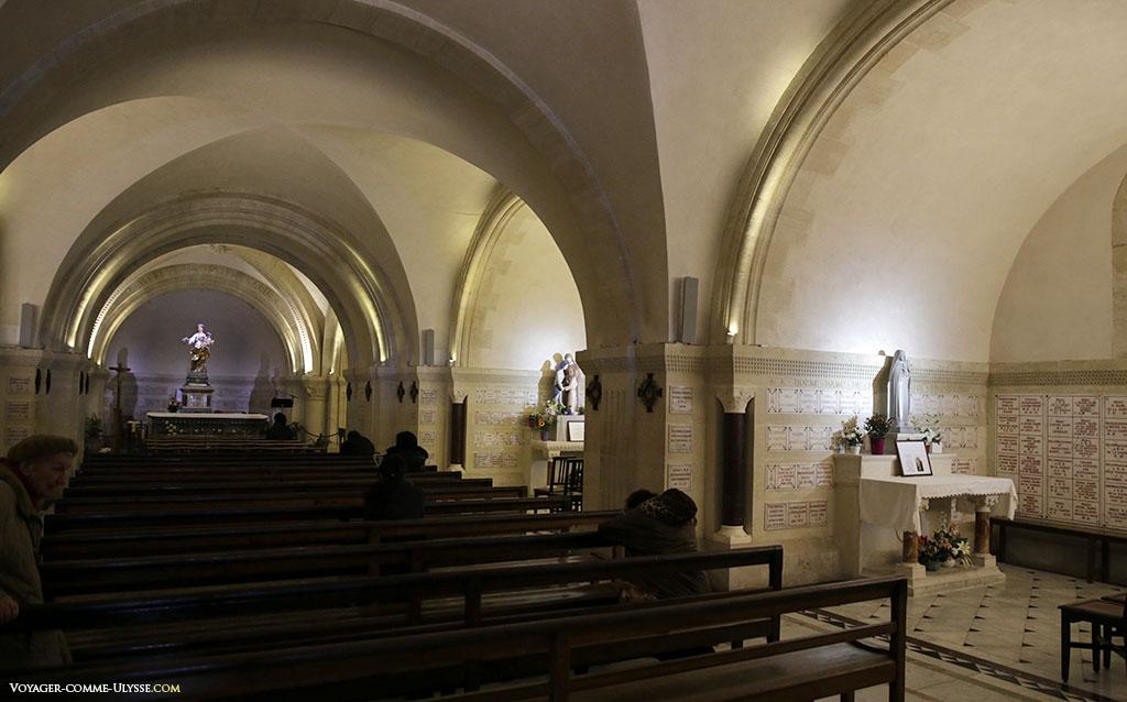 Au fond de la crypte, la Vierge au bouquet, offerte par Escaramagne à la basilique.