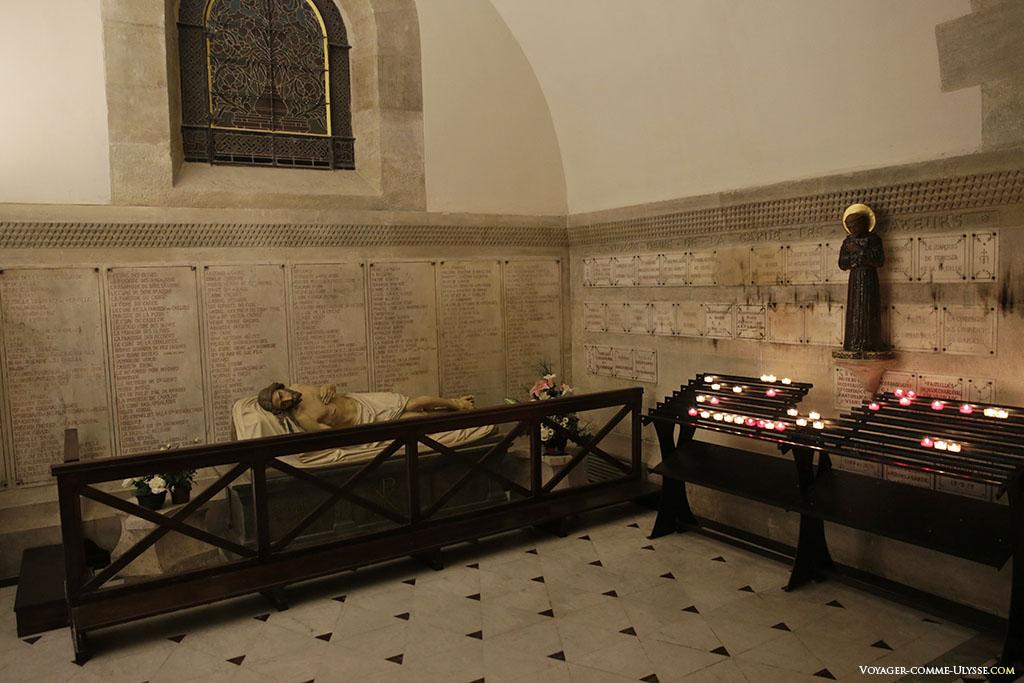 De nombreux ex-voto décorent la crypte