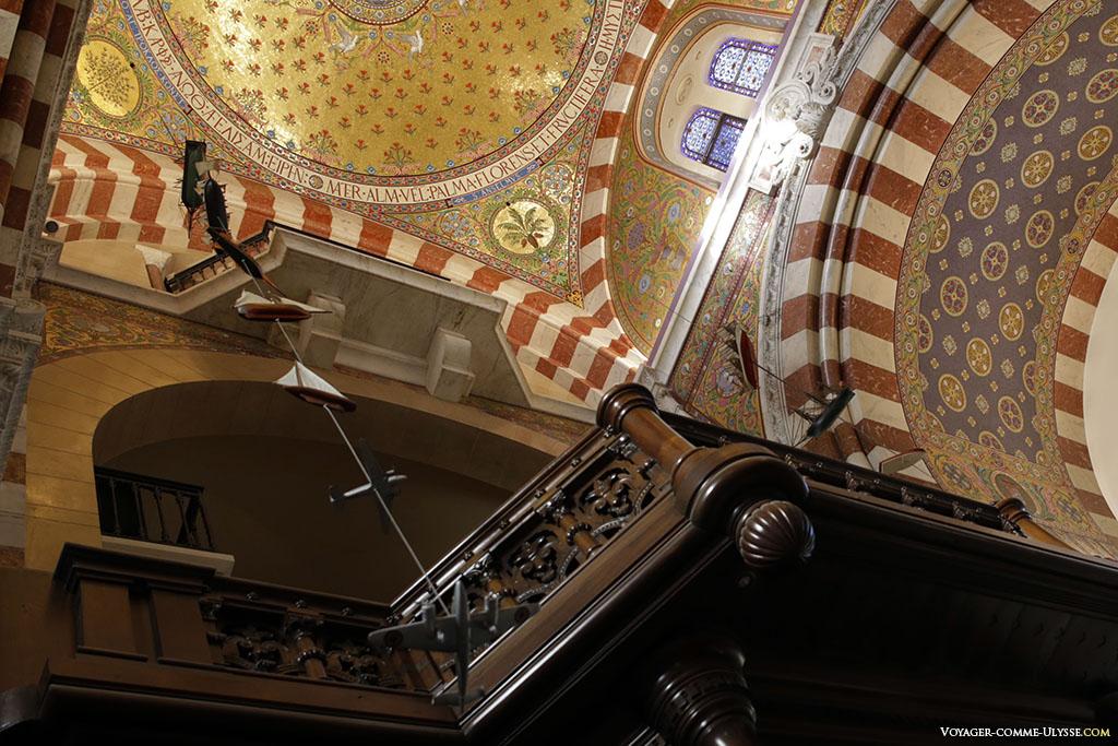 Les ex-voto suspendus de la basilique.