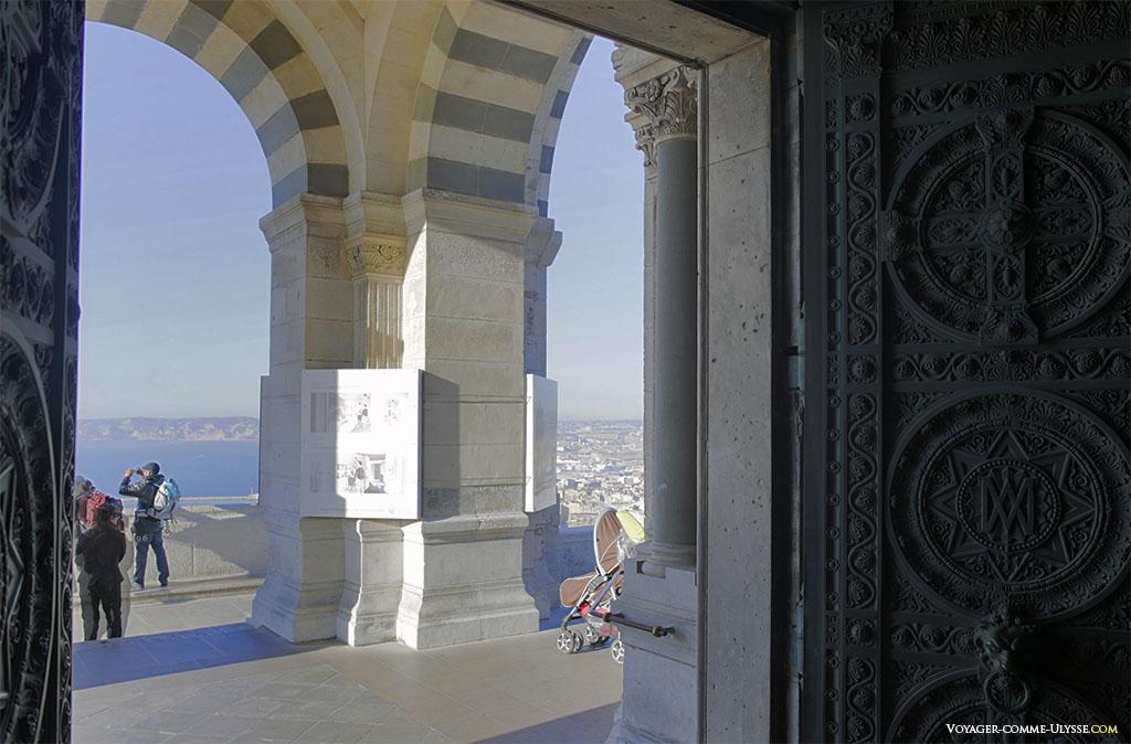 Au delà des lourdes portes de bronze, le plus beau panorama de la ville de Marseille.