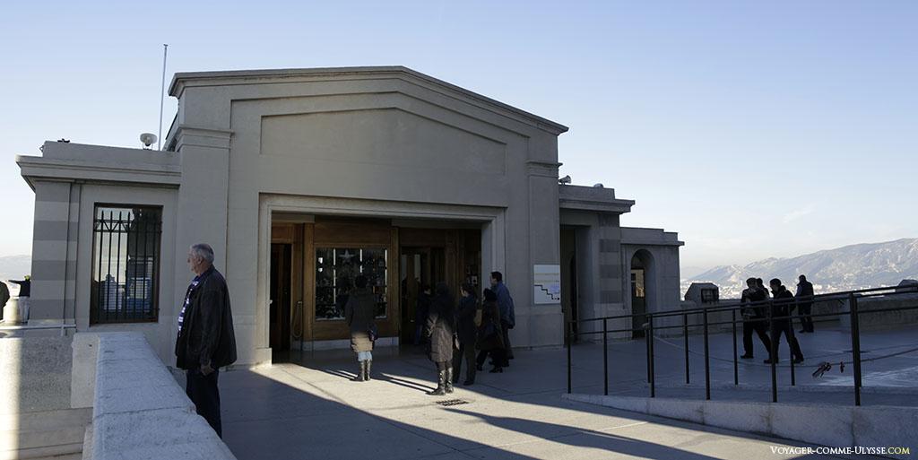 L'entrée des bâtiments modernes du sanctuaire. Si vous voulez des souvenirs, c'est par ici.