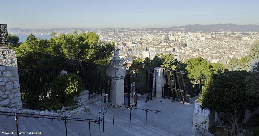 L'escalier donnant accès à la colline, redevenue verte après avoir servi de carrière.
