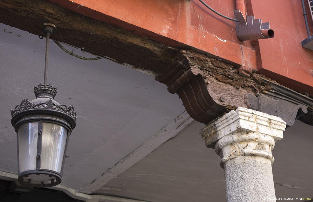 Détail d'une colonne et chapiteau d'un portique.