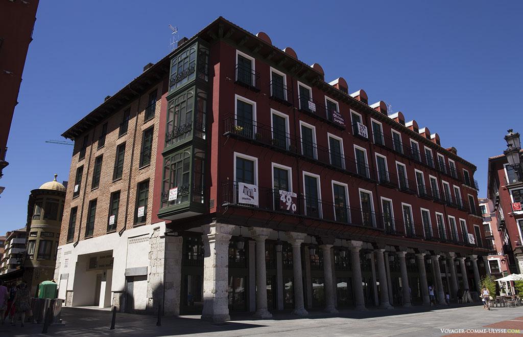 Un des beaux immeubles traditionnels de la Plaza Mayor, avec ses trois étages comme l'avait voulu Francisco de Salamanca.
