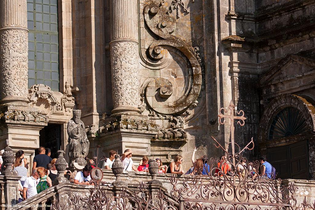 Escadaria do Obradoiro. A profusão do decoro é aqui bem patente. Distinguimos neste trabalho do ferro, a cruz de Santiago.