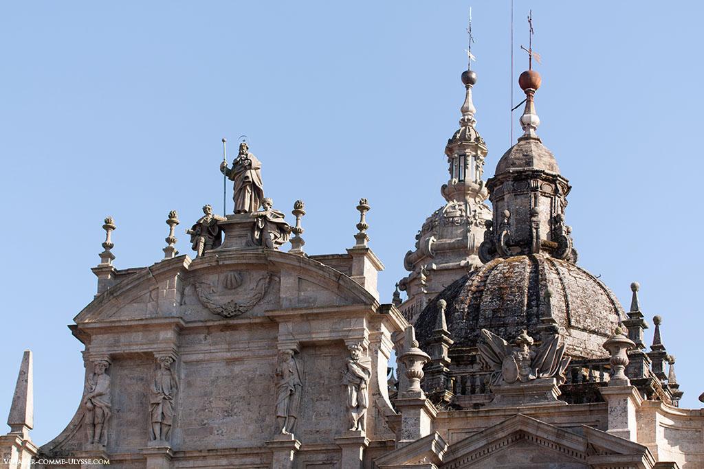 À esquerda, o cimo da Azabacheria com a estátua de Santiago. À direita, a torre do transepto, e por detrás, a Torre do Relógio.