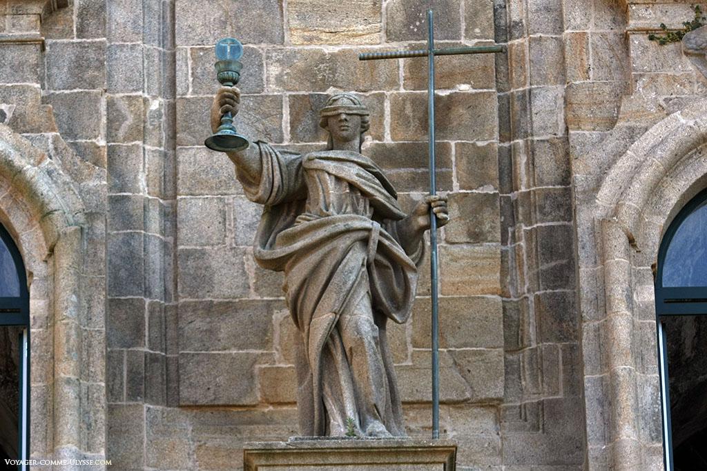 Uma estátua da Fé, de olhos vendados. É a estátua central da fachada da Acibecheria.