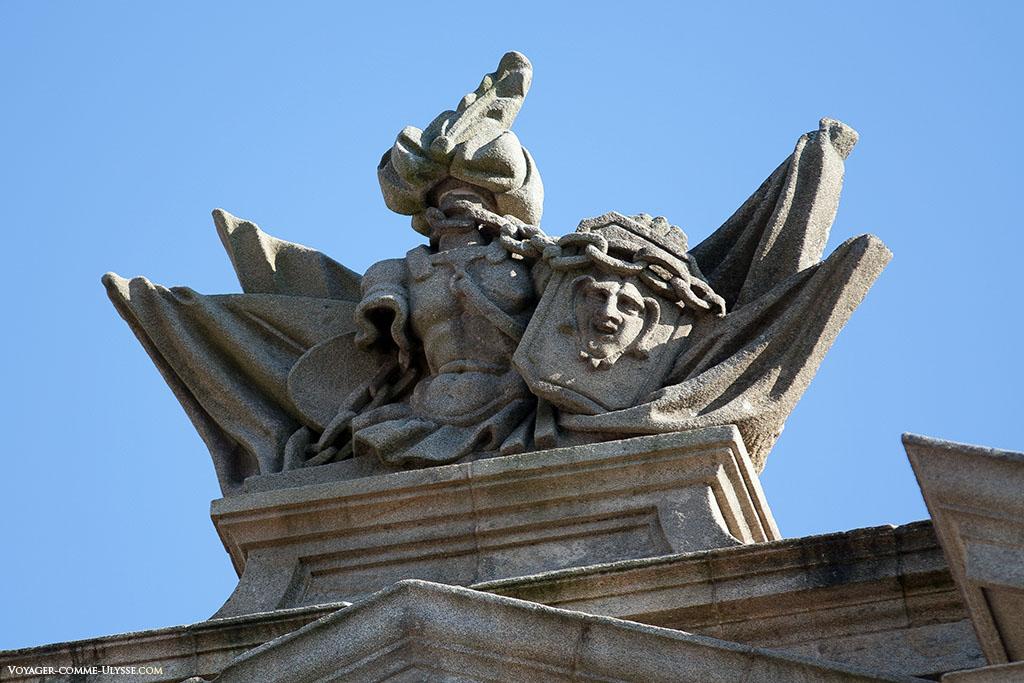 Estátua por cima da fachada da Acibecheria (em galego) ou Azabacheria (em espanhol).