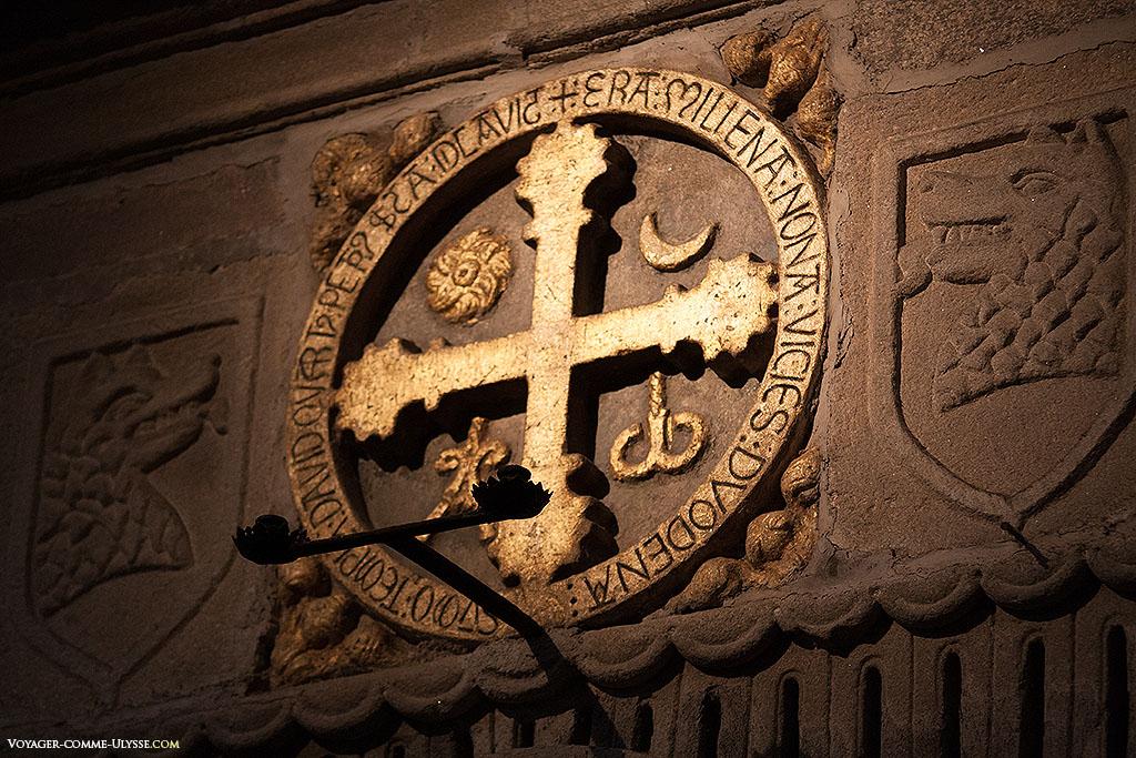 Doze, é o número das cruzes da consagração da catedral. Ficam expostas na igreja no dia da sua consagração. As cruzes de Santiago de Compostela datam de 1211. Conseguimos ver a representação do Sol e da Lua na parte de cima, e em baixo, o Alfa e o Ómega.