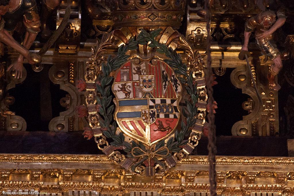 O brasão de Espanha, situado bem no centro da decoração da Capela Maior. No seu interior, vê-se o brasão de Portugal.