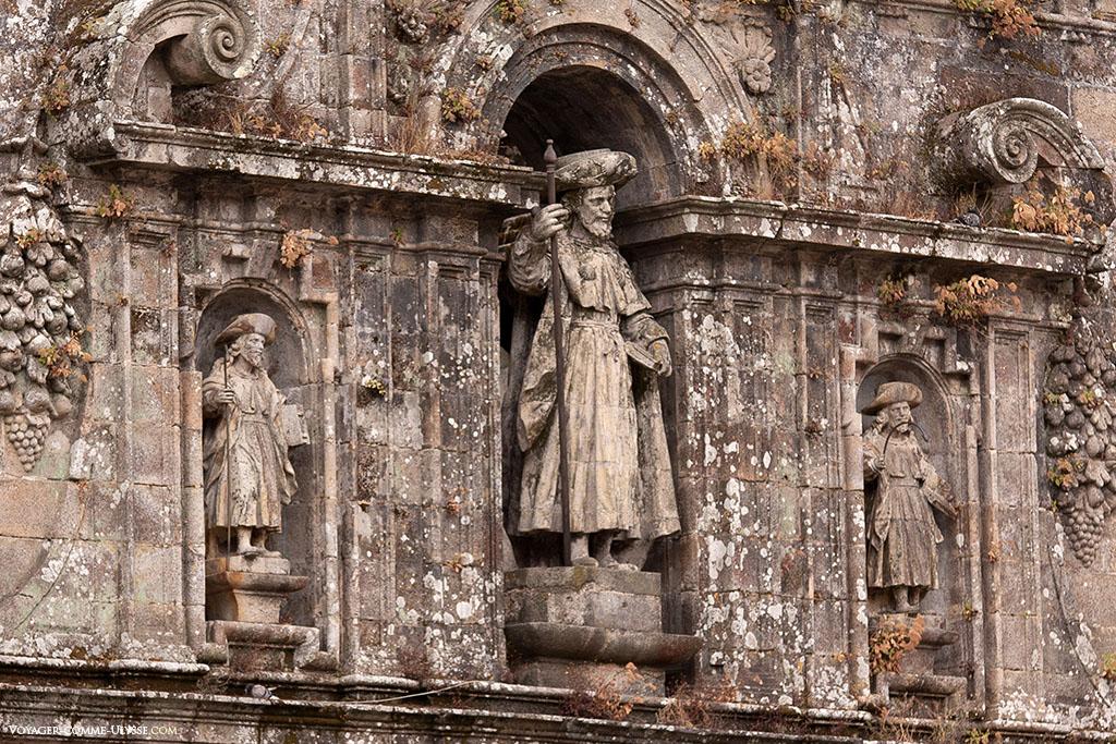 Por cima da Porta Santa da fachada da Quintana, podemos ver uma estátua de Santiago, acompanhado pelos seus dois discípulos: Atanásio e Teodoro.