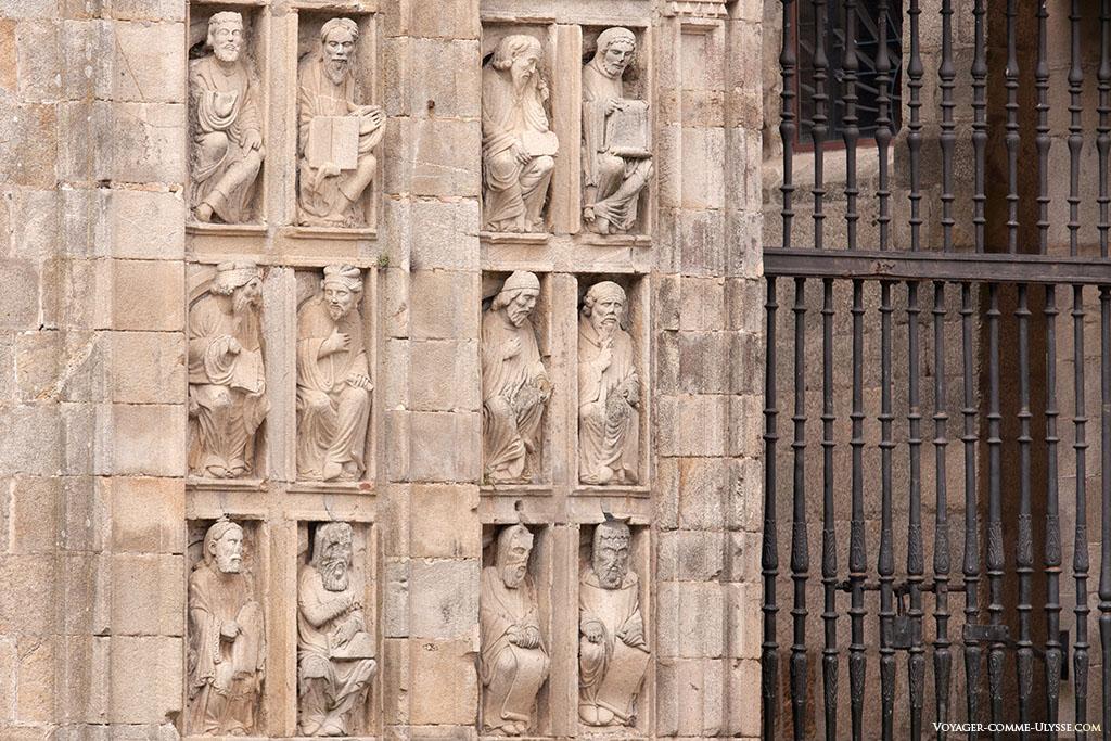Estas pequenas estátuas de um lado e do outro da Porta Santa, são profetas e apóstolos. Eram antigamente integradas no antigo coro da igreja do mestre Mateo.