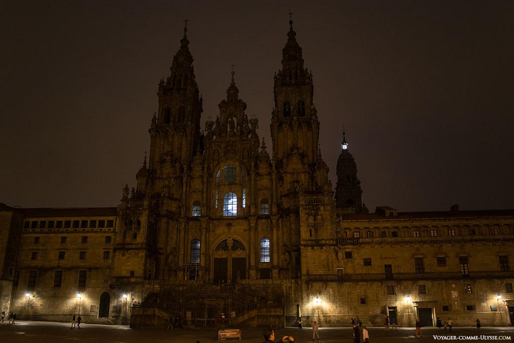 Catedral de Santiago de Compostela durante a noite, com as luzes apagadas.