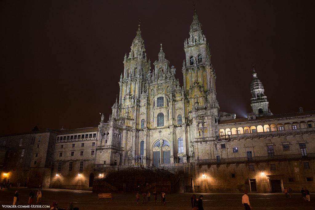 A iluminação da catedral é visível.