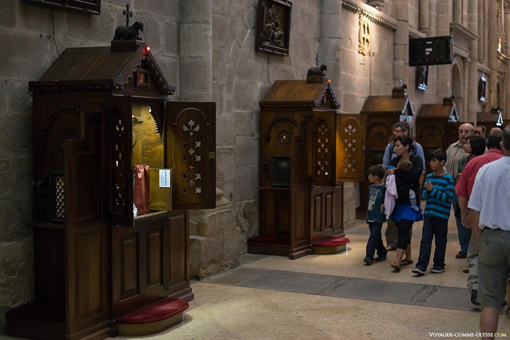 Os vários confessionários da catedral podem acolher diversas línguas.