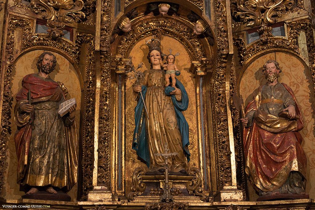 A Capela de São Pedro é igualmente conhecida sob o nome de Nossa Senhora de Azucena, que também encontramos no centro do retábulo.