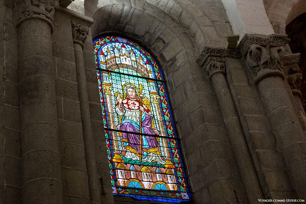 Um dos raros vitrais da catedral, representa o apóstolo Tiago o Grande.