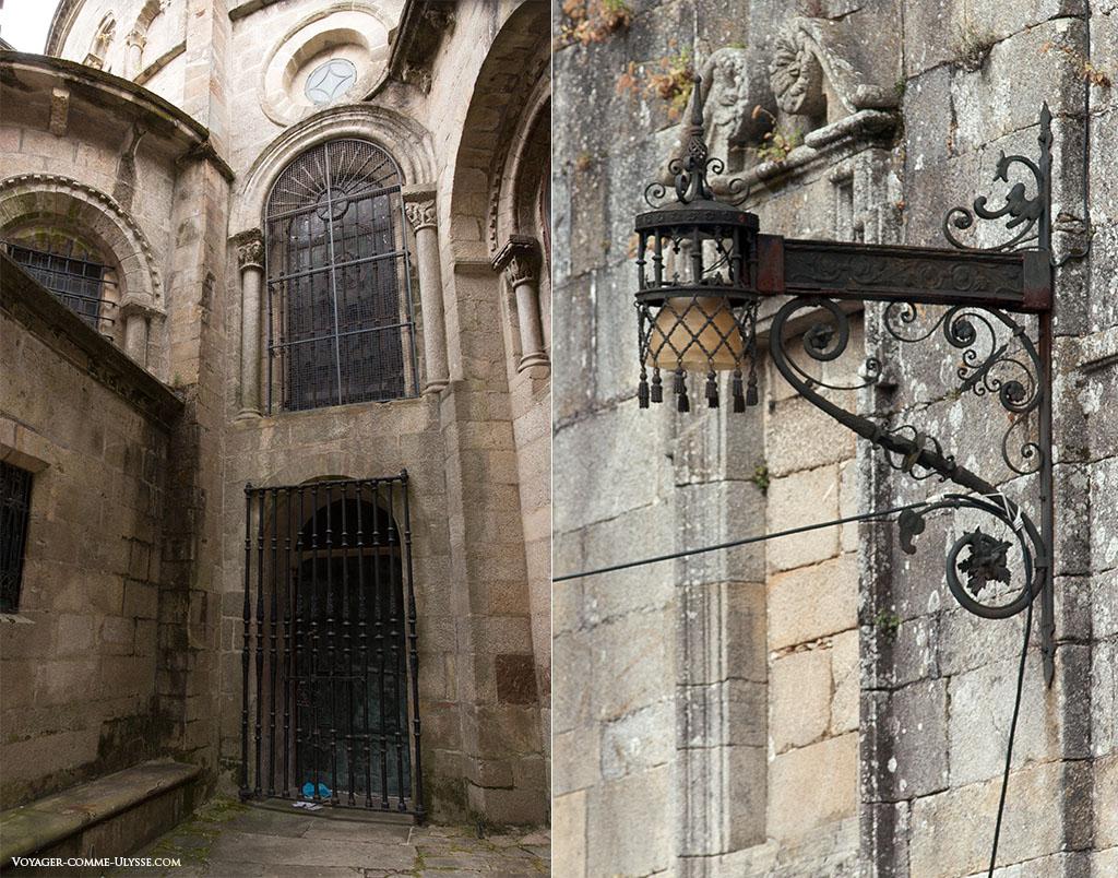 Por detrás do primeiro gradeamento da fachada da Quintana, encontra-se a Porta Santa. À direita, um dos postes de iluminação que ilumina as ruas e as redondezas.