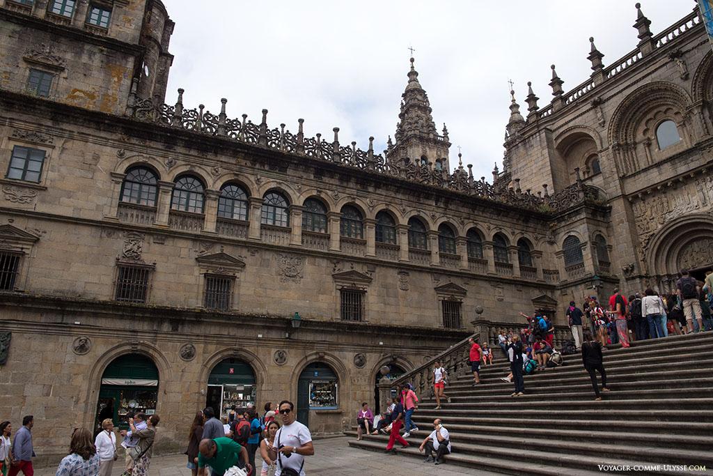 Fachada do Tesouro e a direita, a fachada das Praterias.