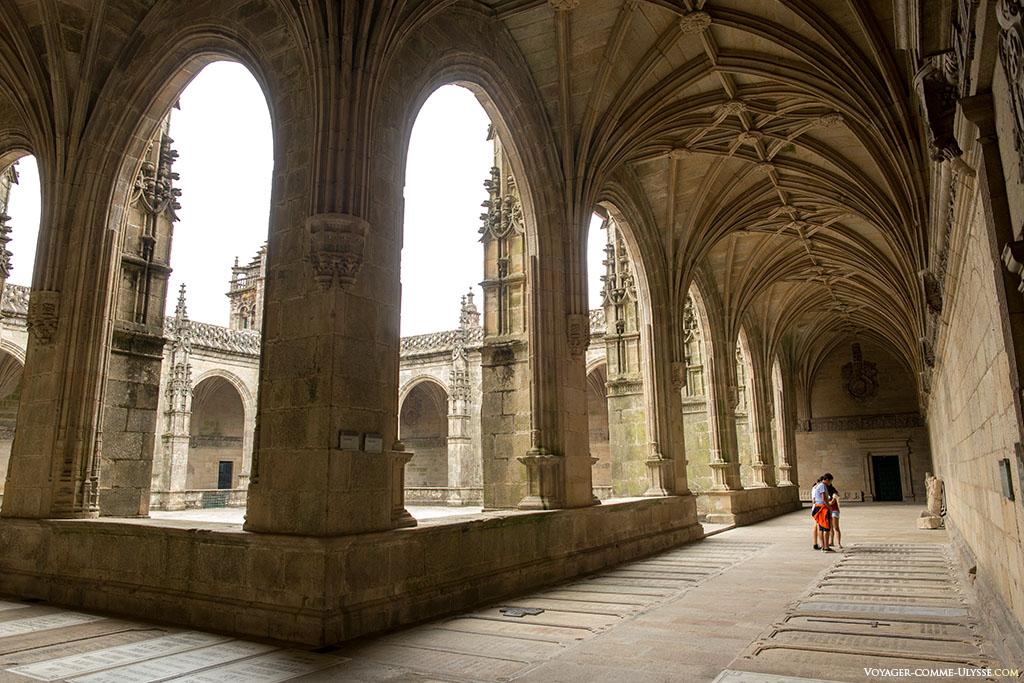 O claustro está cheio de túmulos. Podemos distingui-los no solo, cada pedra é um notável da catedral.
