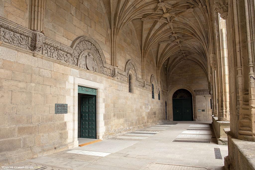 Acedemos ao Tesouro de Santiago de Compostela a partir do claustro. É a porta da esquerda que dá igualmente acesso à Capela das Relíquias e ao Panteão dos reis.