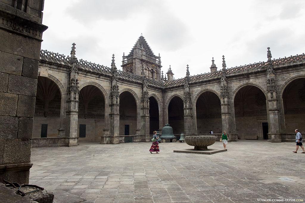 O claustro, dominado pela Torre do Tesouro. Vislumbre-se a Berenguela e os outros sinos antigos.
