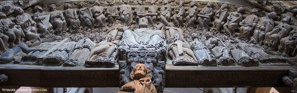 No tímpano do Pórtico da Glória, vê-se no centro, Cristo, por debaixo dos seus pés, Tiago. Cristo é rodeado pelos quatro evangelistas e por cima, os 24 velhos do apocalipse tocando música.