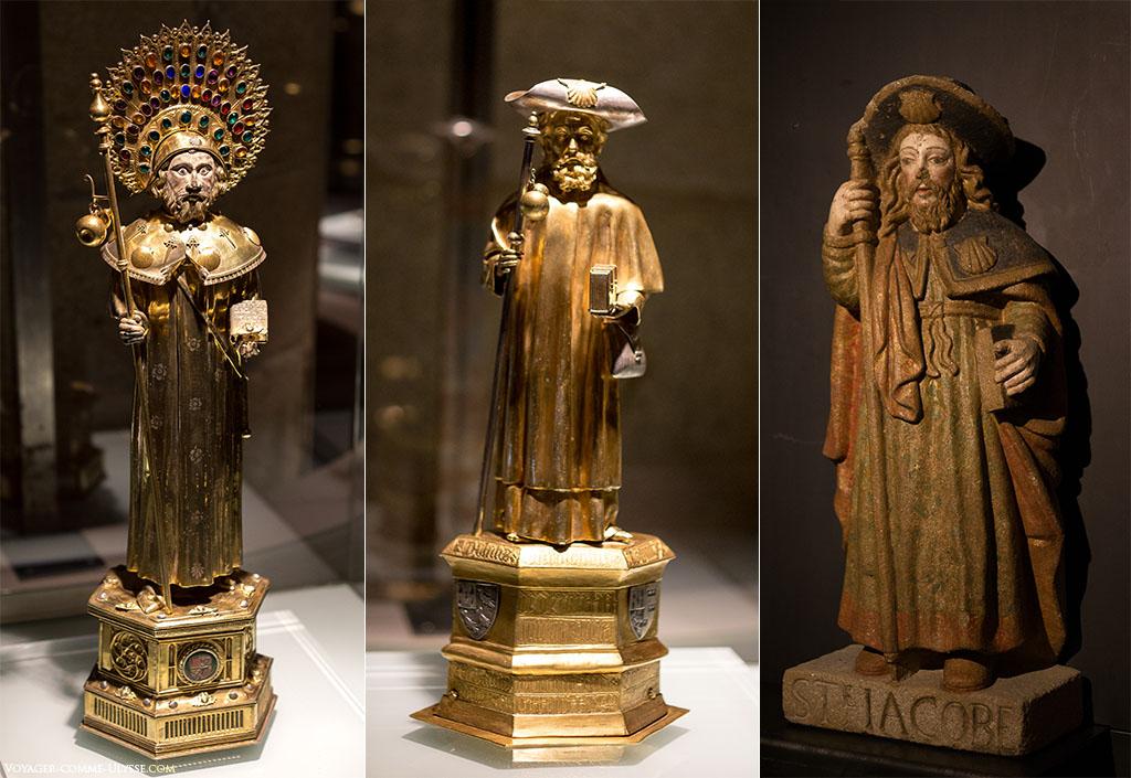 Três estátuas diferentes de Santiago com hábito de peregrino. Segura uma cabaça na ponta do seu bastão, um chapéu decorado com uma grande concha de Santiago e uma grande capa.