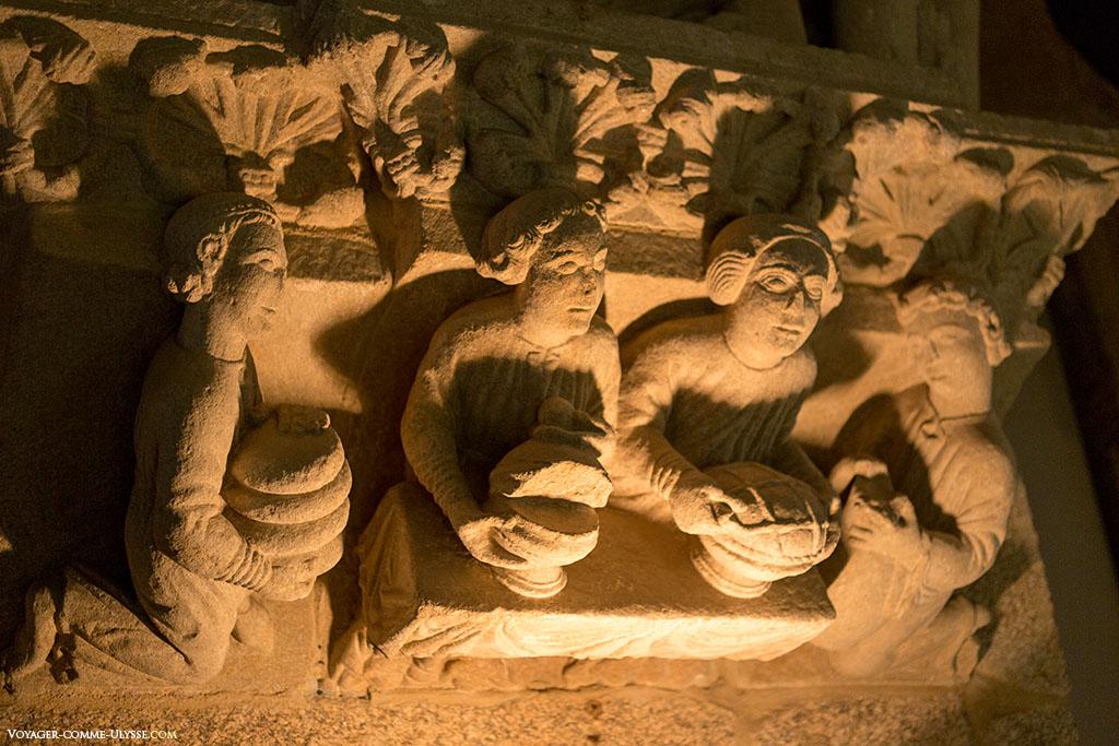 Petites sculptures de personnages partageant le pain.