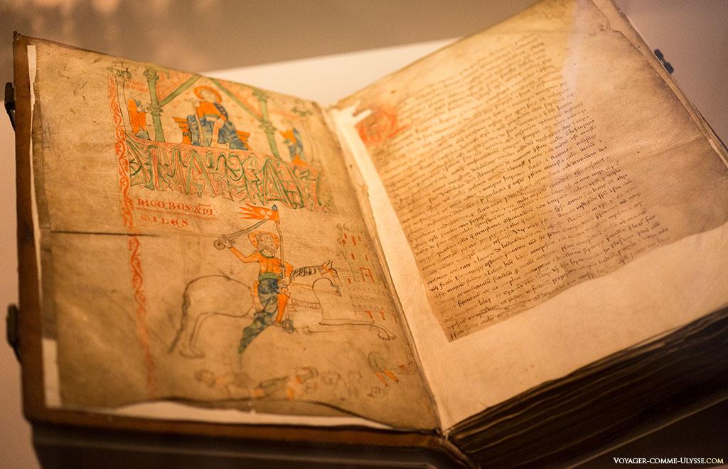 Páginas amarelas de um manuscrito que podemos ver no Palácio de Gelmirez, ou em galego, Prazo de Xelmirez.