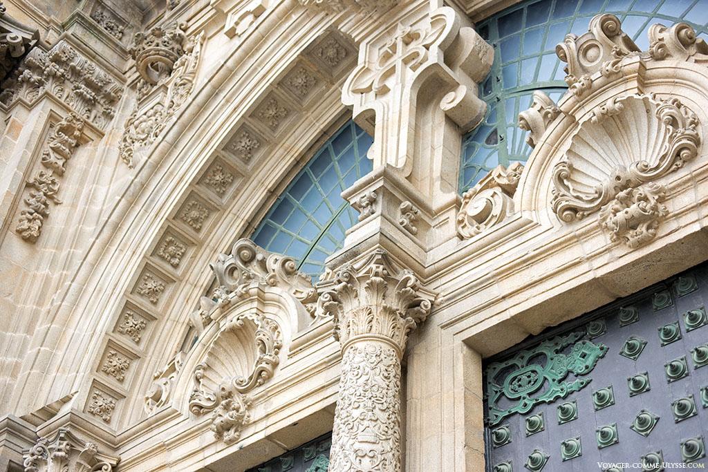 Logo por cima das portas principais na fachada do Obradoiro, uma abundante decoração, com as conchas de Santiago e a cruz do mesmo nome.