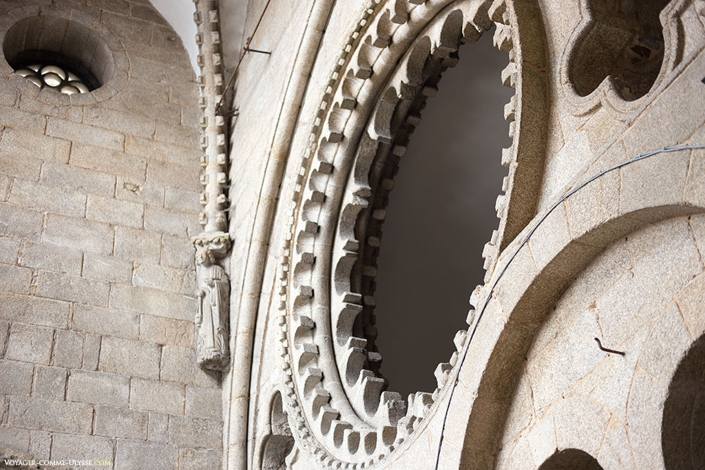Pormenor da antiga fachada românica, escondida por detrás da fachada barroca do Obradoiro. Só se pode ver este lugar numa visita guiada.