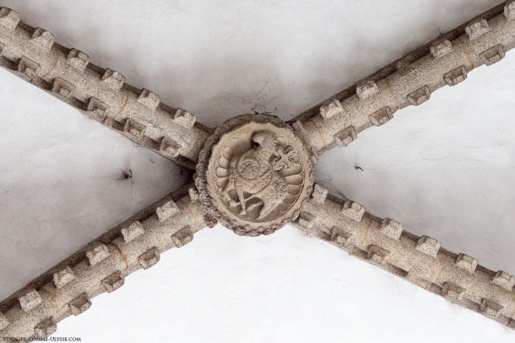 Chave da abobada dentro da sala logo por detrás das grandes vidraças da fachada do Obradoiro. Salienta-se um dos símbolos do cristianismo, o cordeiro.