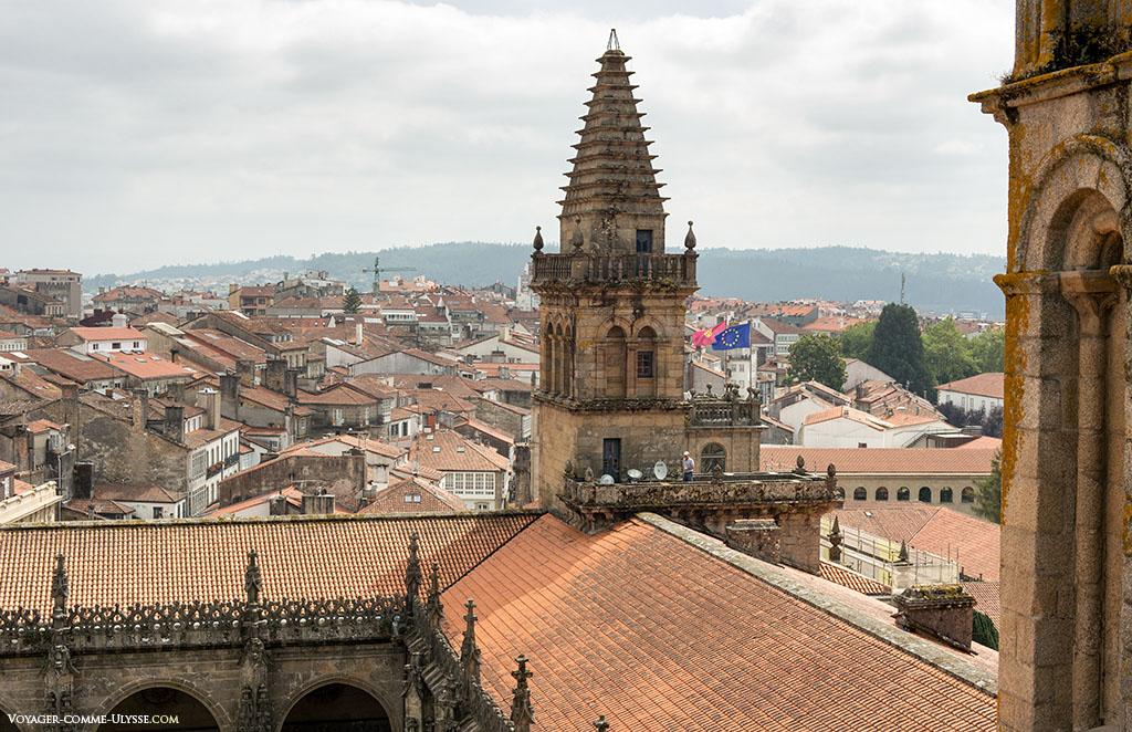 A Torre da Vela, e a imitação da sua irmã mais velha: a Torre do Tesouro, ou Torre del Tesoro. Vislumbre-se os telhados da catedral e uma vista panorâmica sobre os telhados em telha da cidade.