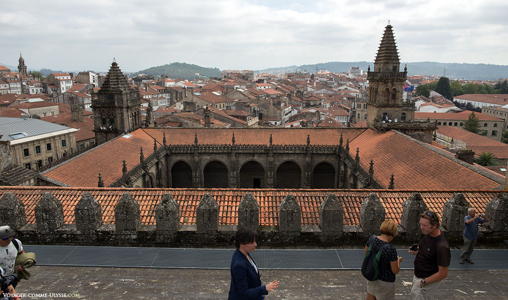 No cimo da catedral, vemos o claustro com as suas duas torres. À esquerda, a Torre do Tesouro, e à direita, a Torre da Vela. Olhando para os nichos, percebemos que a catedral era outrora fortificada.
