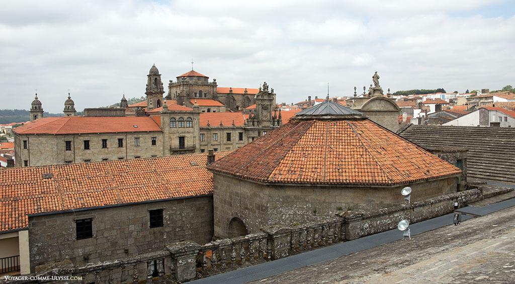 Por baixo desse telhado octogonal, a Capela da Comunhão.