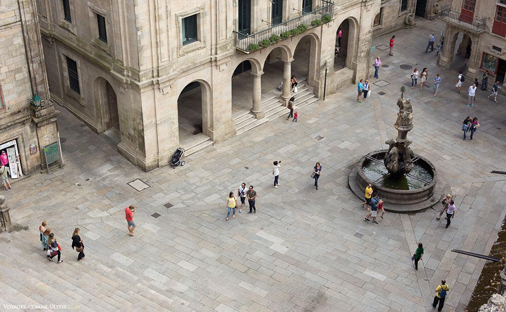 Descendo as escadas da fachada das Praterias, chegamos a praça das Praterias e a sua fonte com cavalos.