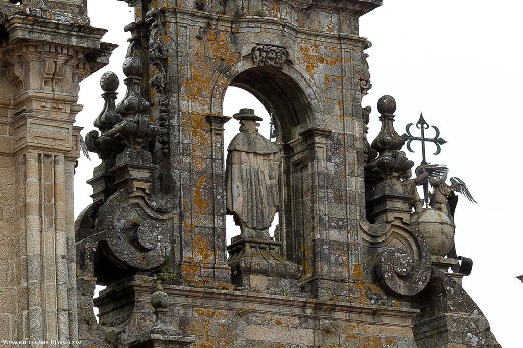 A estátua de Santiago, mas vista de trás.