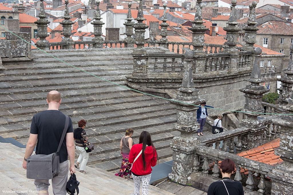Os telhados em forma de escada. Muito mais práticos para correr ou transportar objetos pesados.