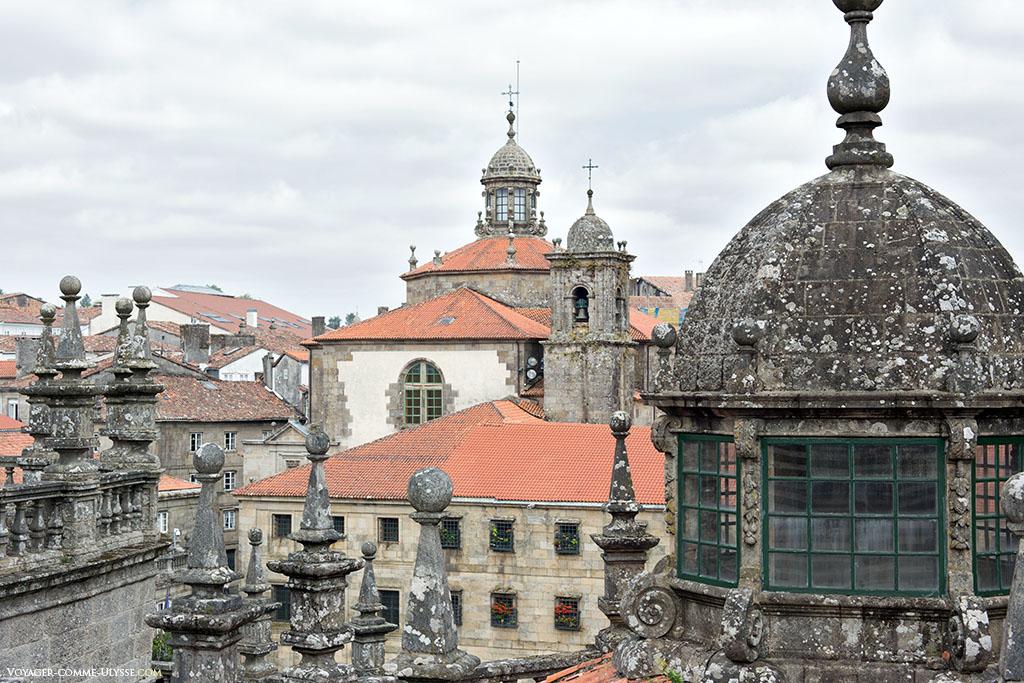 Temos uma visão única a partir do telhado sobre os monumentos de Santiago, como por exemplo aqui, ao fundo, o Mosteiro de São Pelágio de Antealtares.