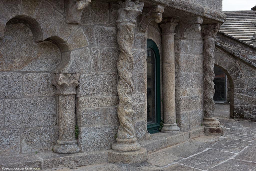 Temos aqui uma estranha mistura de estilos, entre o românico e o Plateresco.