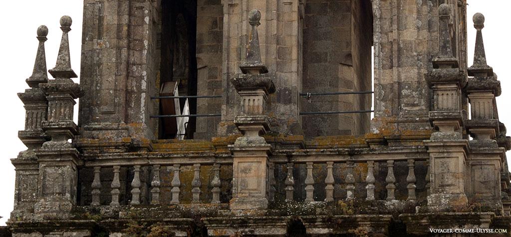 A Carraca, o chocalho que se encontra na Torre do mesmo nome, é apenas visível a partir dos telhados. Conseguimos aqui vê-la parcialmente na torre, à nossa esquerda.