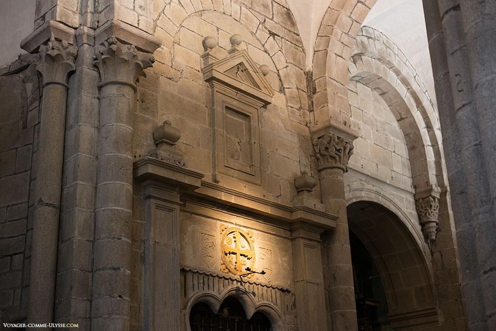 Cada cruz de consagração é posta em relevo, como é o exemplo desta na entrada na Capela do Espírito Santo.