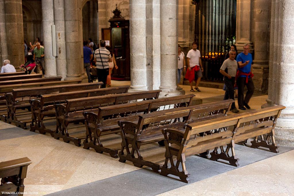 Bancos na nave da catedral.