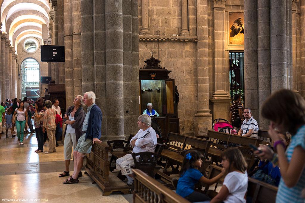 No cruzamento do transepto, temos uma ideia da ambiência quotidiana da catedral, com os turistas que olham para cima, aqueles que descansam nos bancos, as crianças que não se importam com nada, o padre que espera pela confissão do fiel, mas acima de tudo, as velhas pedras.