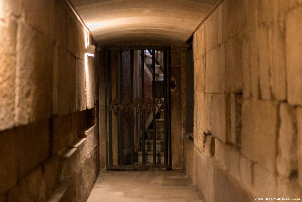 Uma das saídas da cripta, está fechada ao público.