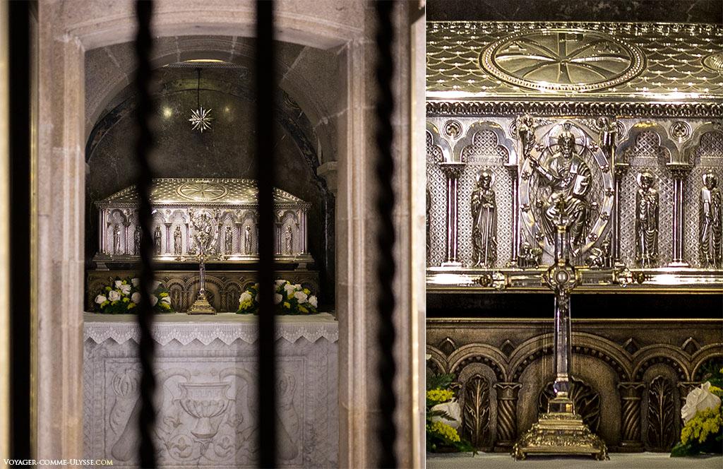 Duas fotografias do relicário de Santiago. À esquerda, por detrás do gradeamento, podemos ver o relicário de prata ao fundo da pequena sala da cripta. À direita, em grande plano, no conjunto da decoração do relicário, Jesus triunfante no interior de uma Mandorla. É um trabalho fantástico da autoria do ourives José Losada.